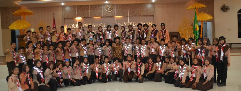 Adik-adik peserta Jambore Pramuka foto bersama dengan Wakil Ketua DPRD Kab. Langkat