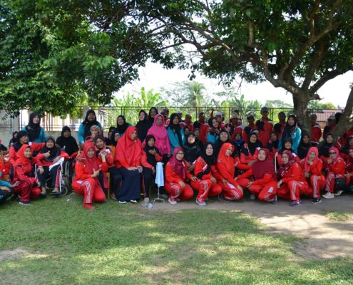 Foto bersama DWP Sekretariat DPRD dengan penghuni panti usai melaksanakan senam
