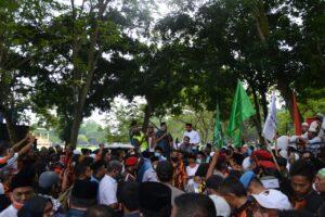 Ketua Komisi A Dedek Pradesa menemui ribuan pengunjuk rasa aksi damai
