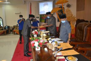 Ismail Fandi juru bicara dapil IV menyerahkan hasil reses dapilnya kepada Wakil Bupati